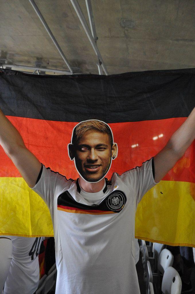 Deutscher Fußball-Fan mit Neymar-Maske - Fußball-WM 2014, Brasilien