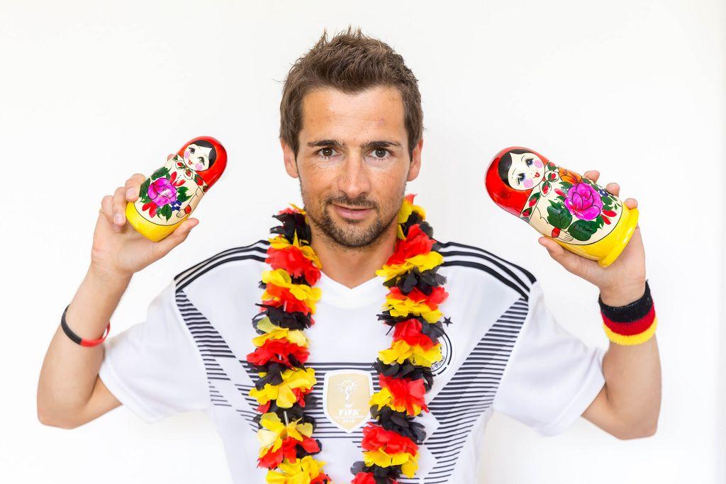 Deutscher Fußballfan mit russichen Matroschkas