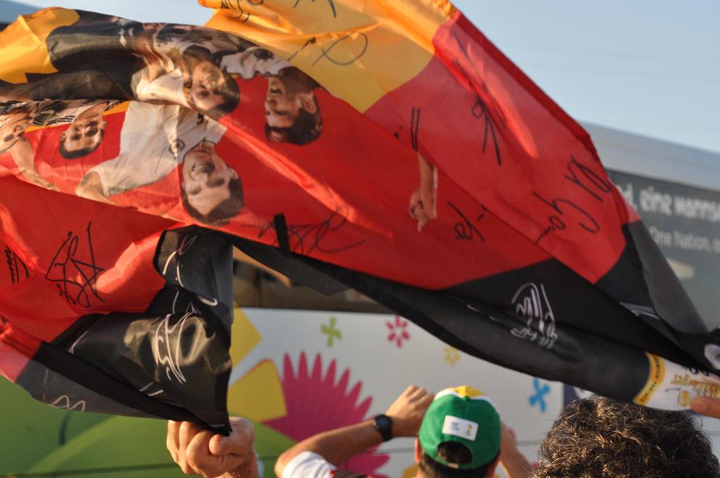Deutscher Mannschaftsbus und Deutschlandflagge bei der WM 2014