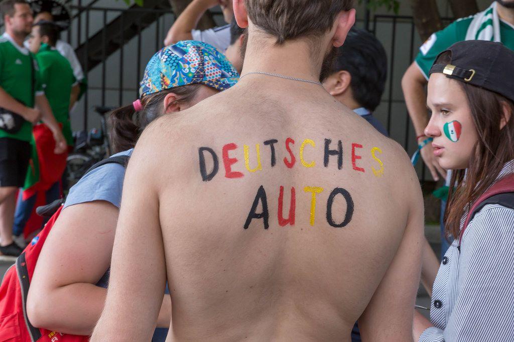 Deutsches Auto auf dem Rücken eines Fußball-Fans