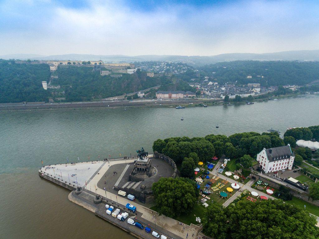 Deutsches Eck und Festung Ehrenbreitstein im Hintergrund. Luftbildaufnahme