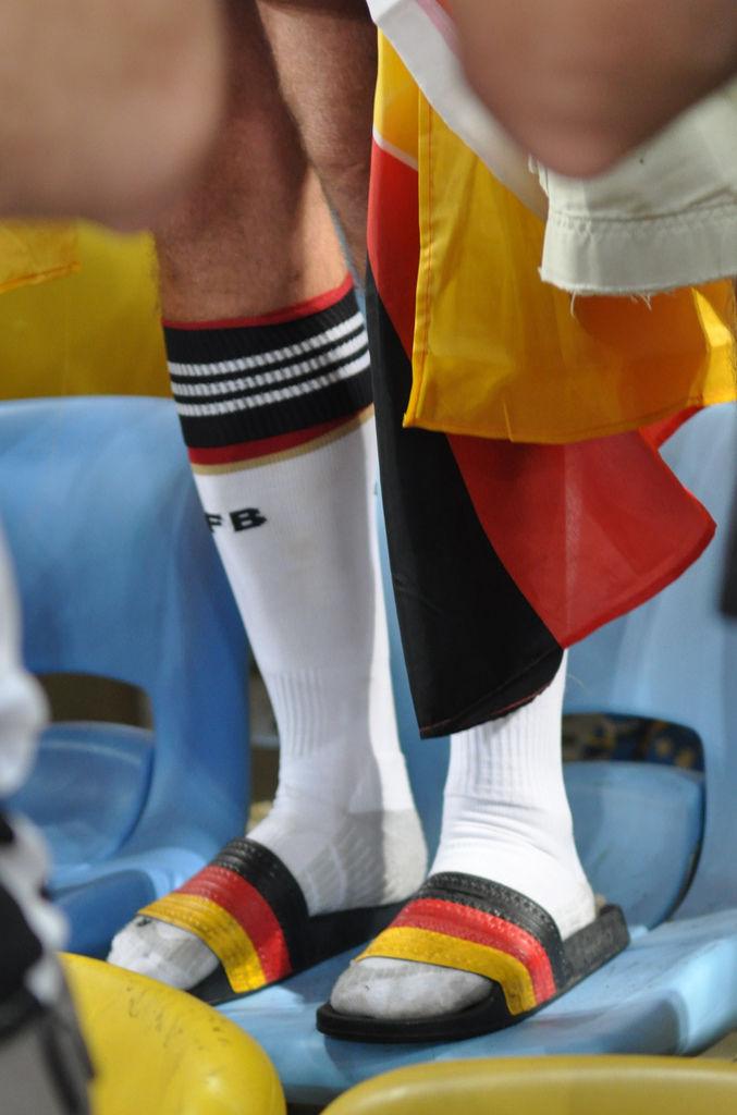 Deutschland-Sandalen und weiße DFB-Strümpfe