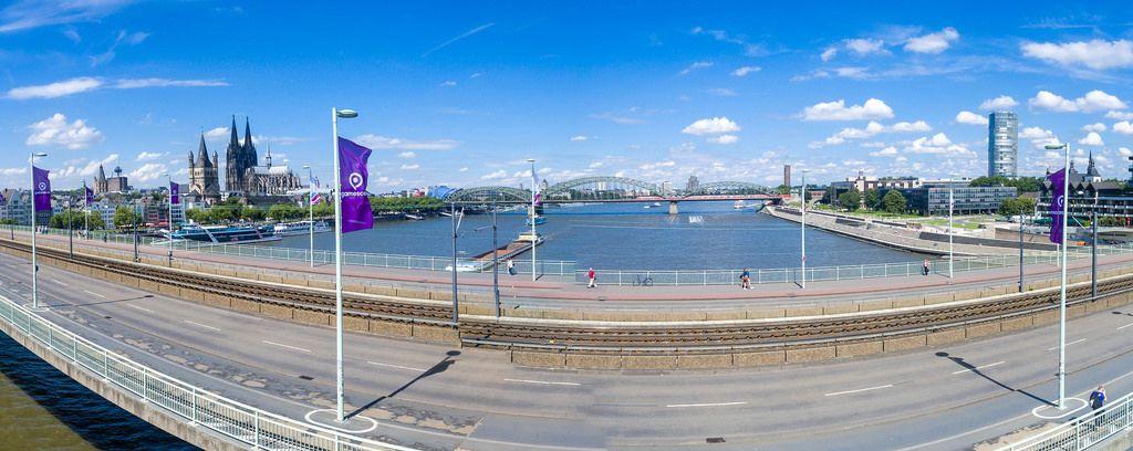 Deutzer Brücke mit Gamescom-Fahnen im Jahr 2017