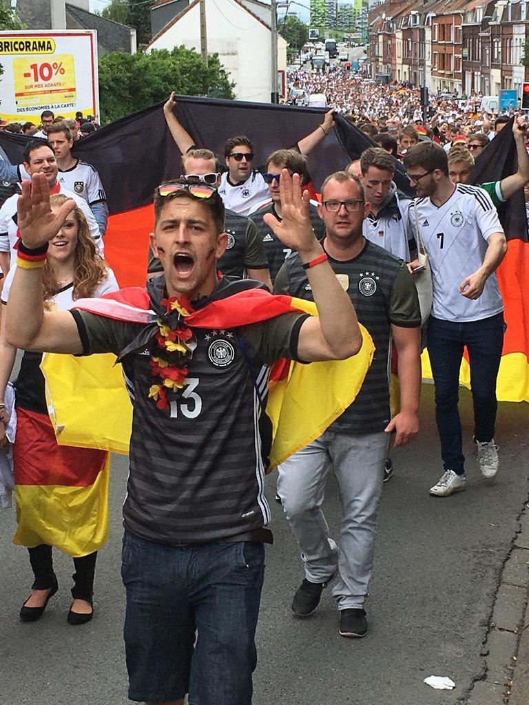 DFB Fan Walk zum Stadion Lille