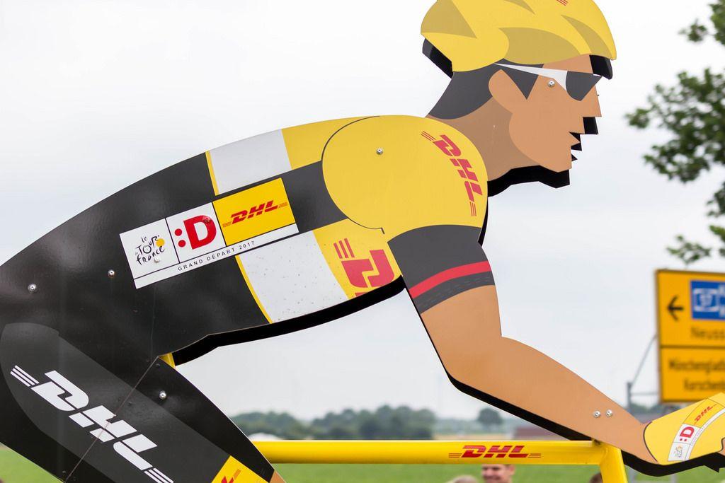 DHL Express: Riesiges Rennrad mit Fahrer