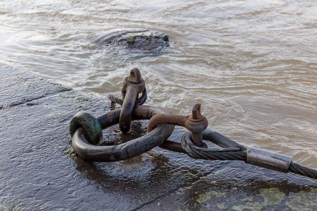 Dicke Stahlglieder und Seile halten die Boote auf ihrem Platz