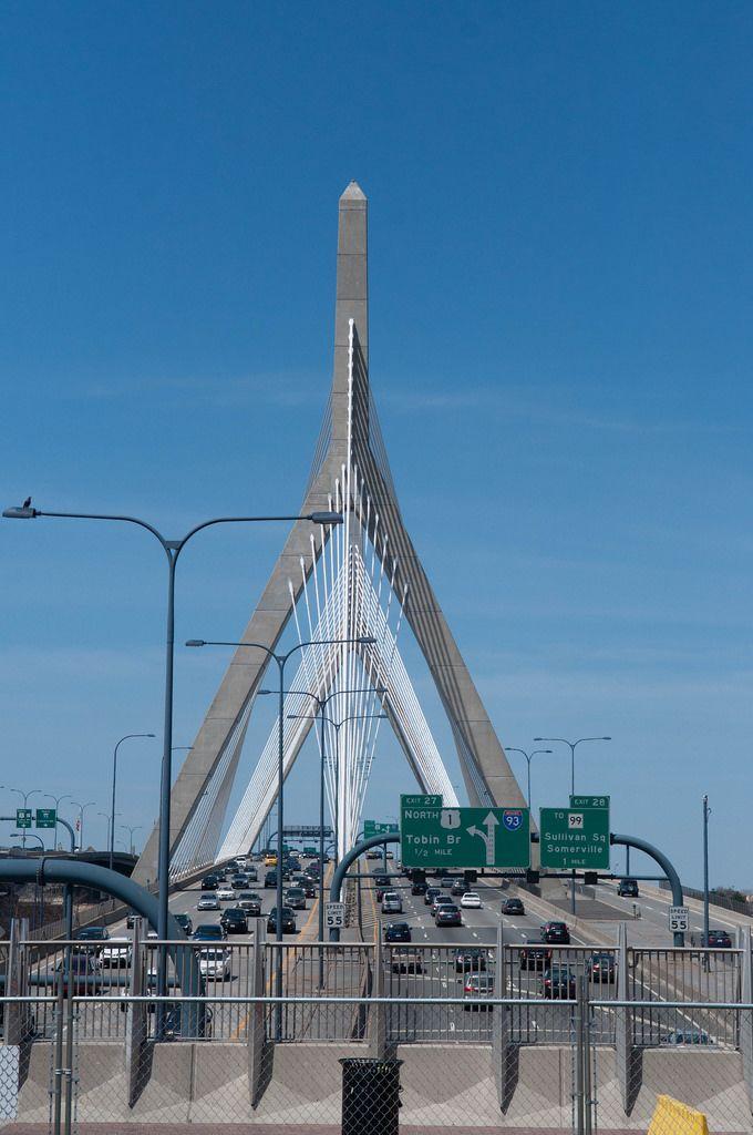 Die Brücke Zakim Bridge über den Charles River in Boston, USA