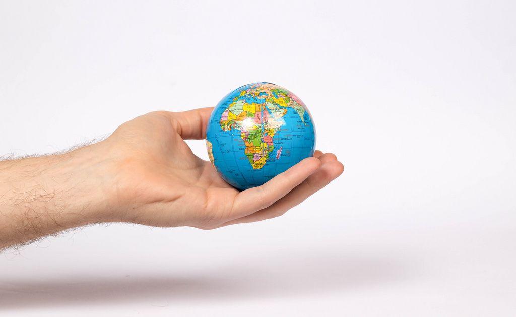 Die Erde in einer Hand - Globus
