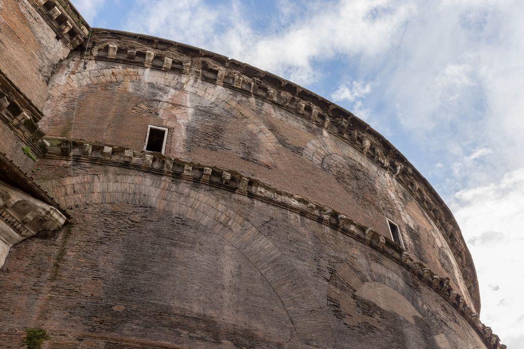 Die Fassade eines historischem Gebäudes in Rom