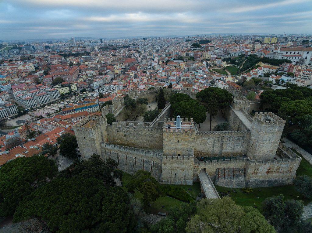 Das Stadtteil Alfama aus der Vogelperspektive in Lissabon