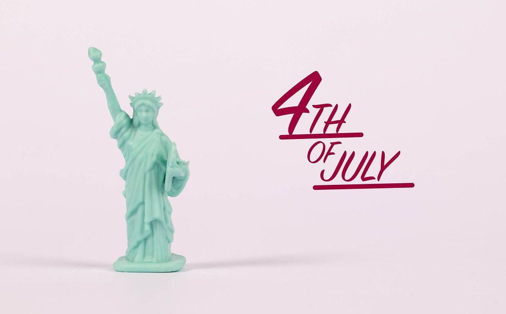 Die Freiheitsstatue als Miniatur-Figur wünscht einen fröhlichen vierten Juli