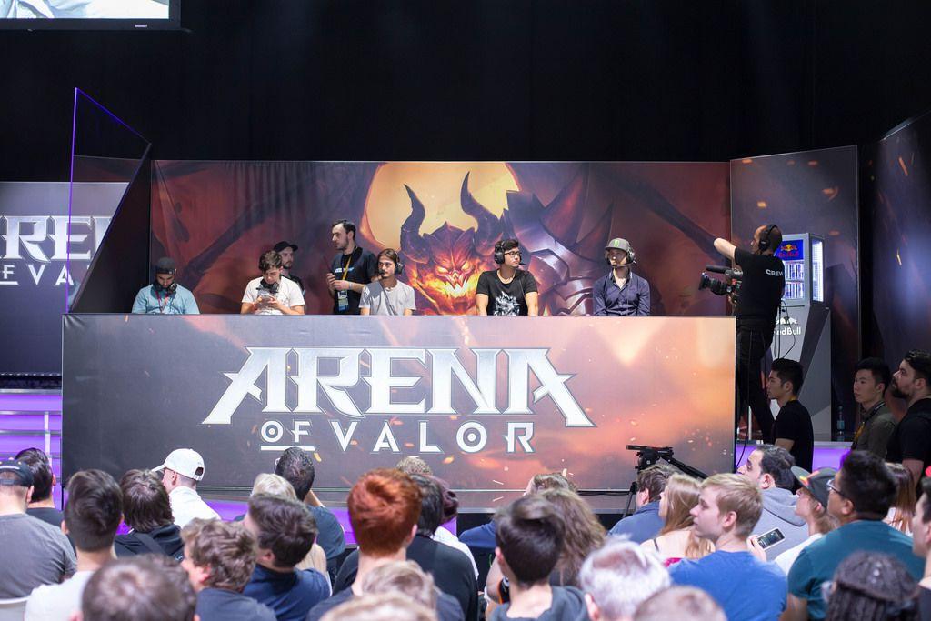 Die Gamescom-Besucher lernen das Spiel Arena of Valor im Match mit eSport-Stars kennen