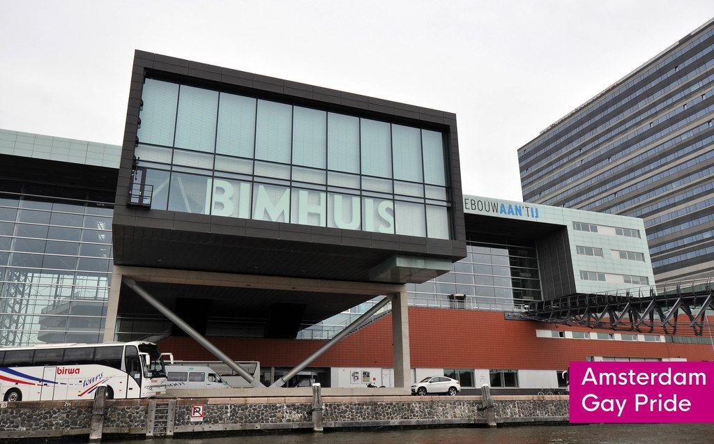 Die Jazzkonzerthalle Bimhuis im Norden der niederländischen Hauptstadt, neben dem Text Amsterdam Gay Pride