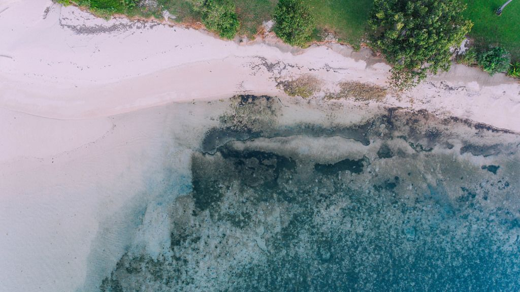 Die Küste von Punta Bulata in den Philippinen aus der Vogelperspektive