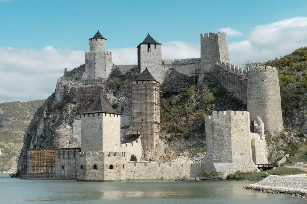 Die mittelalterliche Burg Golubac an der Donau in Serbien