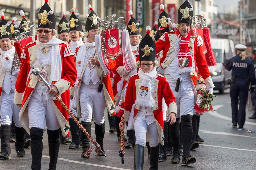 Die Roten Funken zu Fuß beim Rosenmontagszug - Kölner Karneval 2018