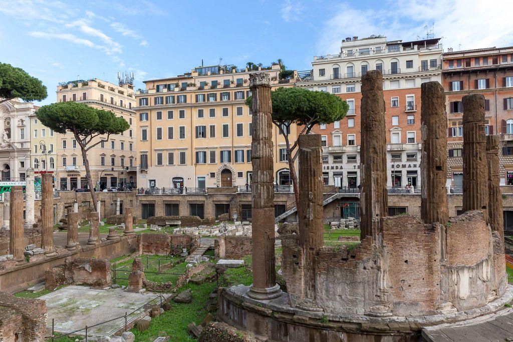 Die Säulen der Largo di Torre Argentina in Rom vor Gebäuden der Altstadt