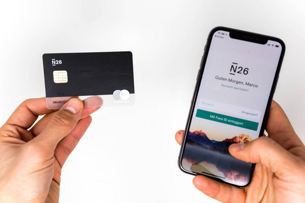 Die Schwarze Bankkarte des deutschen N26 Banks mit dem dazu gehörigen Mobil-Applikation