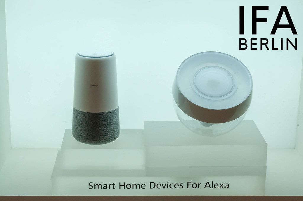 Die Smart Home Geräte und Sprachassistenten für Alexa, ausgestellt vor weißem Hintergrund, neben dem Text