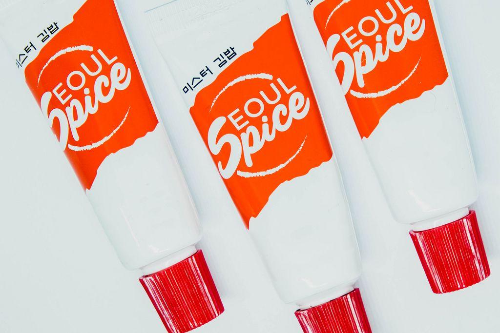 Die spezielle Sauce Seoul Spice in rot-weißen Tuben auf weißem Untergrund