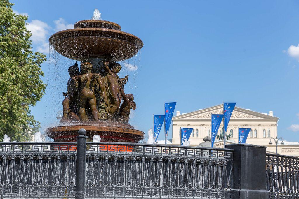 Die Vitali-Fontäne und das Bolschoi-Theater im Hintergrund