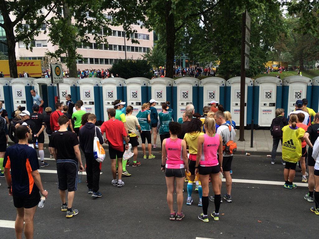 Dixie-Häuschen vor dem Start des Köln-Marathons 2014