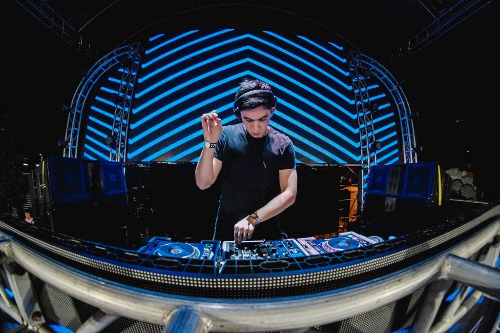 DJ Ian legt am Dinagyang Festival auf den Philippinen vor blau beleuchtetem Hintergrund auf