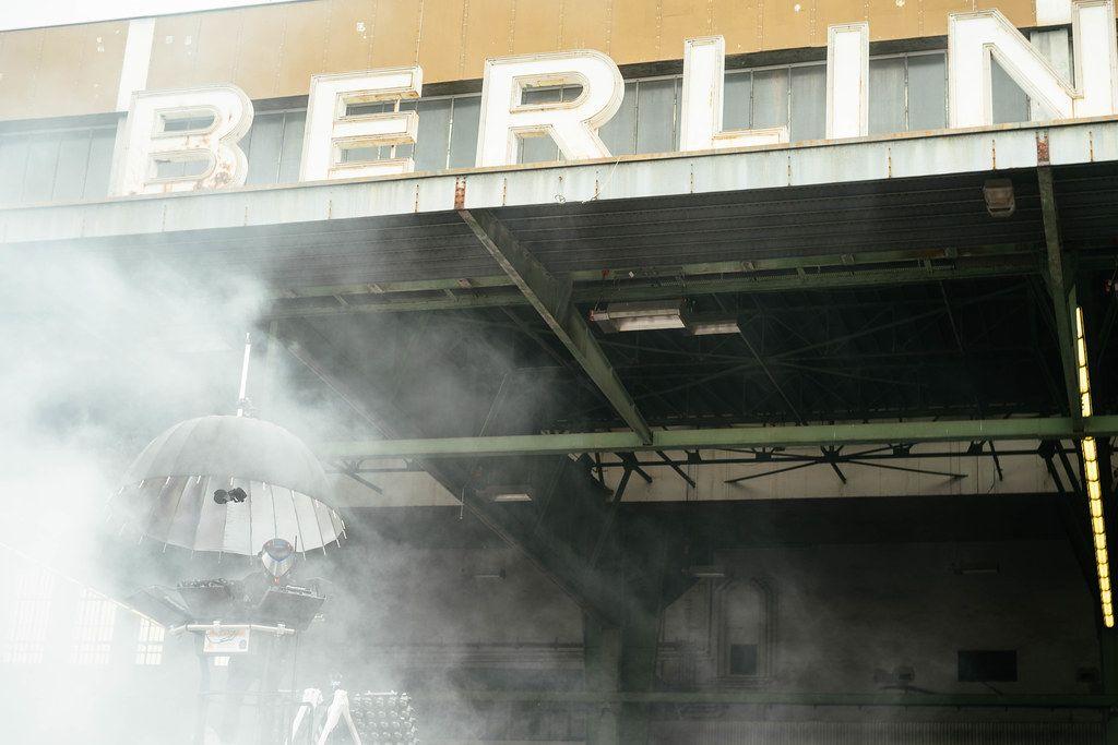 DJ im Nebel-Rauch vor dem riesigen Berlin-Schild auf dem ehemaligen Flughafen in Tempelhof