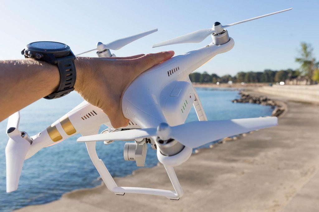 DJI Phantom 3 Professional Drohne in der Hand