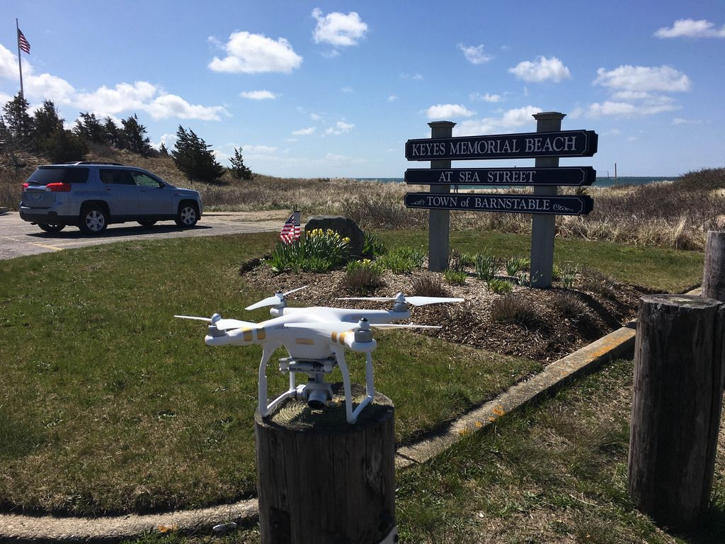 DJI Phantom Drohne in der Nähe von Keys Memorial Beach in Barnstable, USA