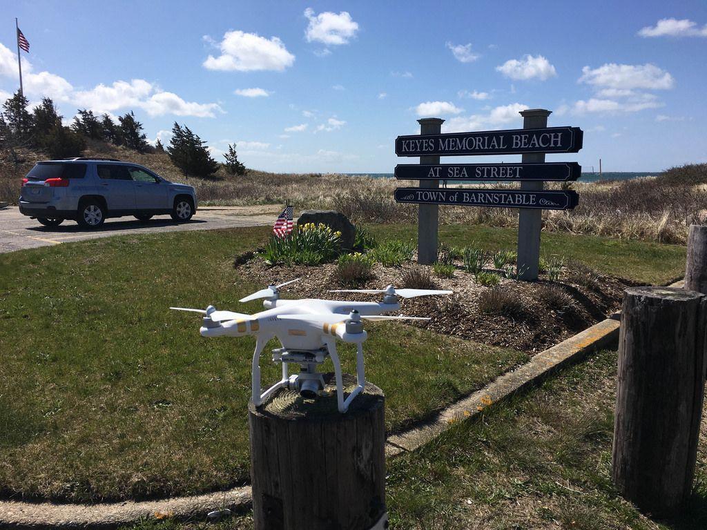 DJI Phantom Drohne in der Nähe von Keys Memorial Beach in Barnstable, USA