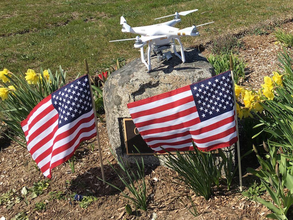 DJI Phantom Drohne und USA-Flaggen in Barnstable, USA