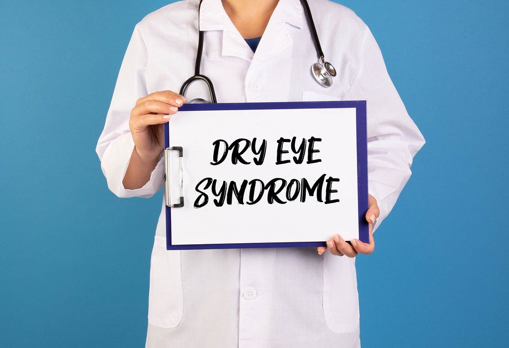 Doctor holding clipboard with Dry eye syndrome text
