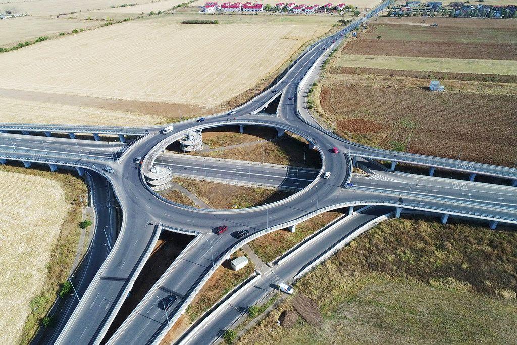 Dohnenaufnahme aus der Luft eines Kreisverkehrs in Romänien Ploiesti