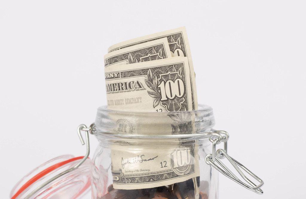 Dollar-Scheine in einem Glasgefäß