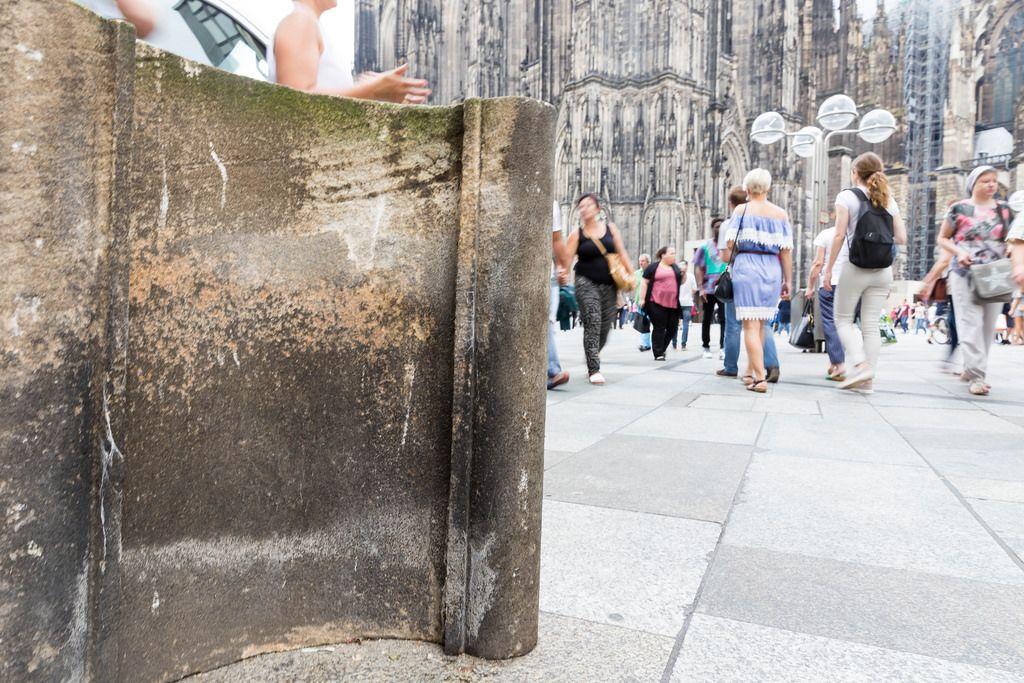 Domstein und Passanten im Hintergrund - Domplatte, Köln