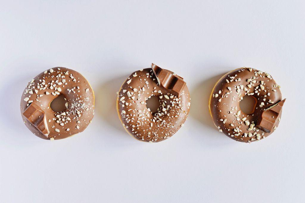 Donuts vor weißem Hintergrund