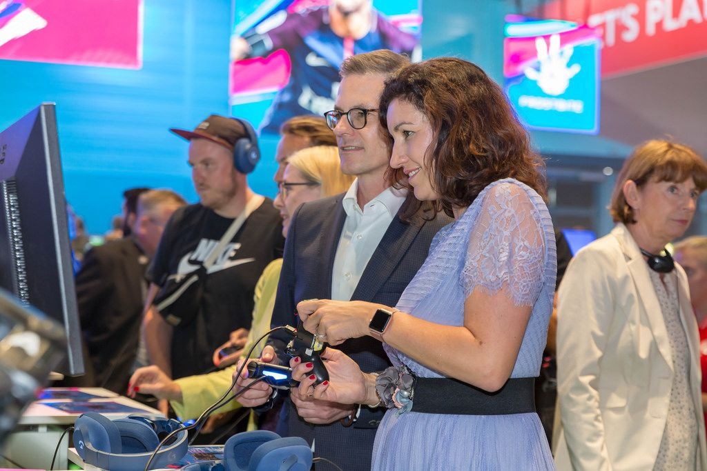 Dorothee Bär beim Zocken auf der Gamescom 2018