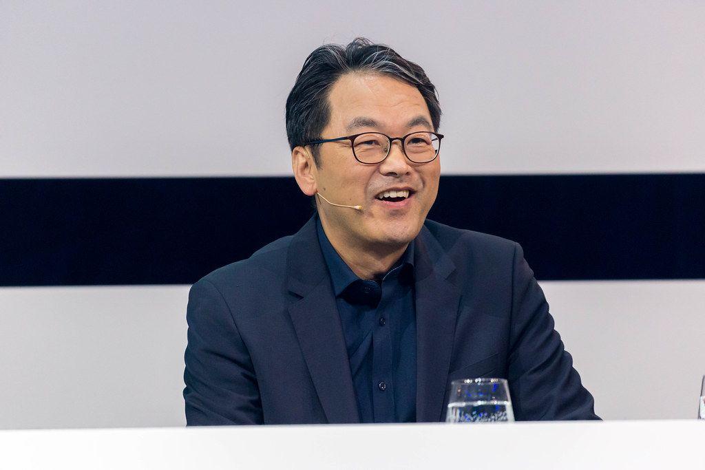 Dr. Alex Jinsung Choi lächelt auf der Bühne des Digital X Events in Köln