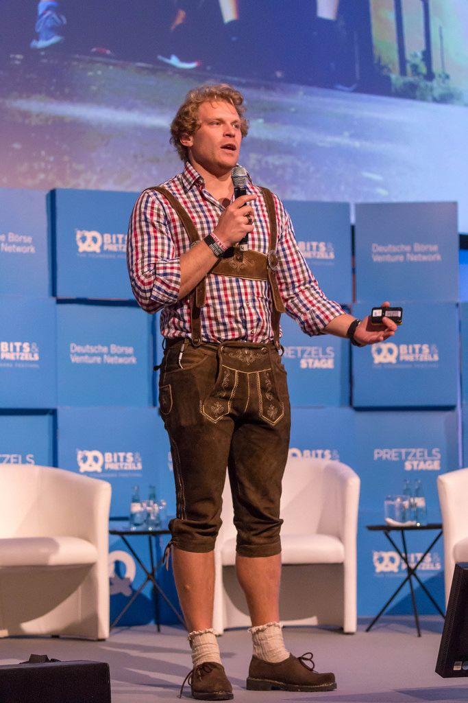 Dr. Julian Hosp - President von TenX bei einer Rede auf der Bühne des Bits & Pretzels Festival in München