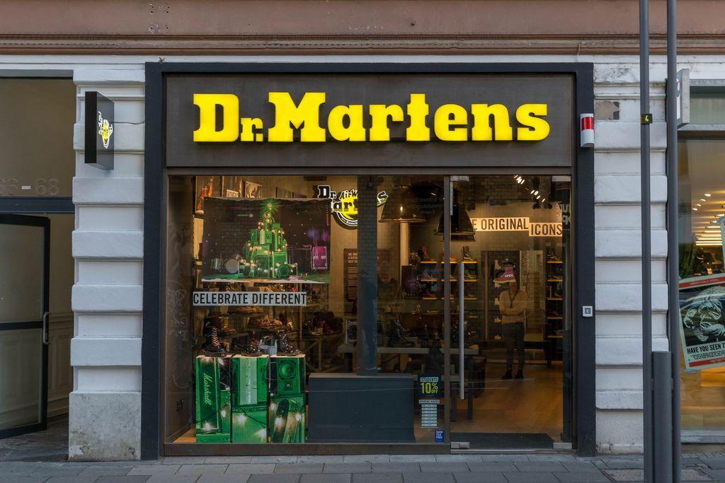 Dr. Martens Schuhgeschäft mit Weihnachtsdekoration und Slogan celebrate different