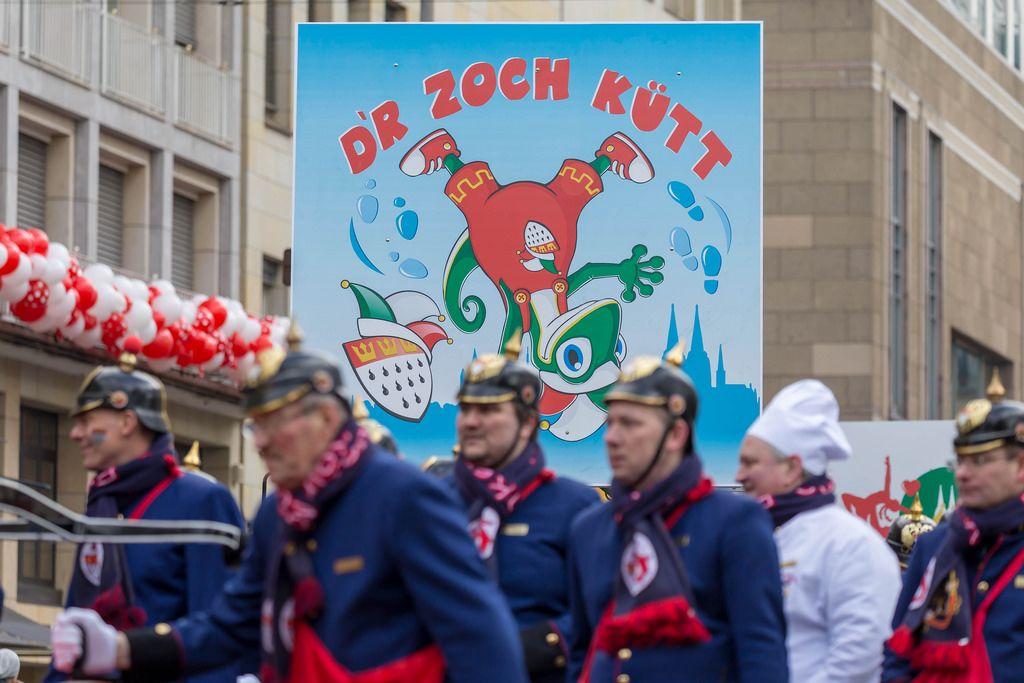 D'r Zoch Kutt und Männer vom Verein Kölsche Funkentöter von 1932 im Vordergrund - Kölner Karneval 2018