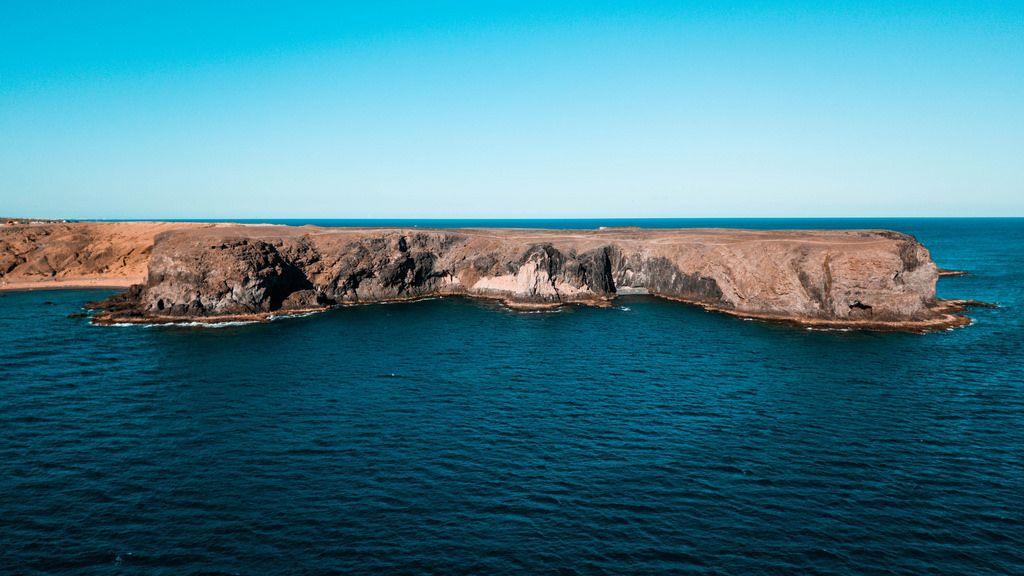 Dramatic looking sea cliff / Dramatische schauende Seeklippe