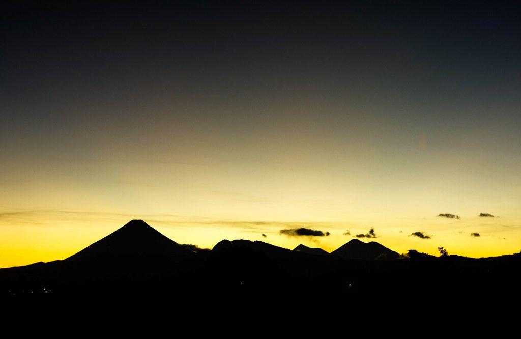 Dramatischer Sonnenuntergang hinter Vulkanen in Guatemala