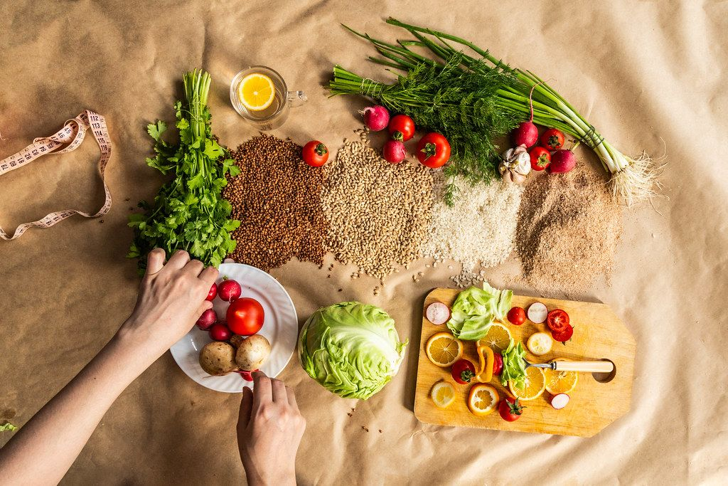 Draufsicht auf ein Hintergrundbild mit gesundem Bio-Essen, Schneidebrett und Zitronenscheiben
