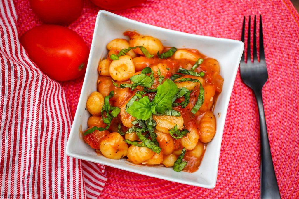 Draufsicht von Gnocchi in Tomatensauce
