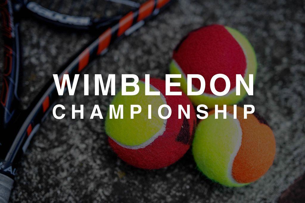 Drei bunte Tennisbälle neben einem Tennisschläger und hinter der Aufschrift