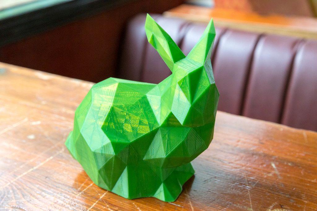 Dreidimensionaler Ausdruck eines grünen Osterhasen aus dem 3D Drucker