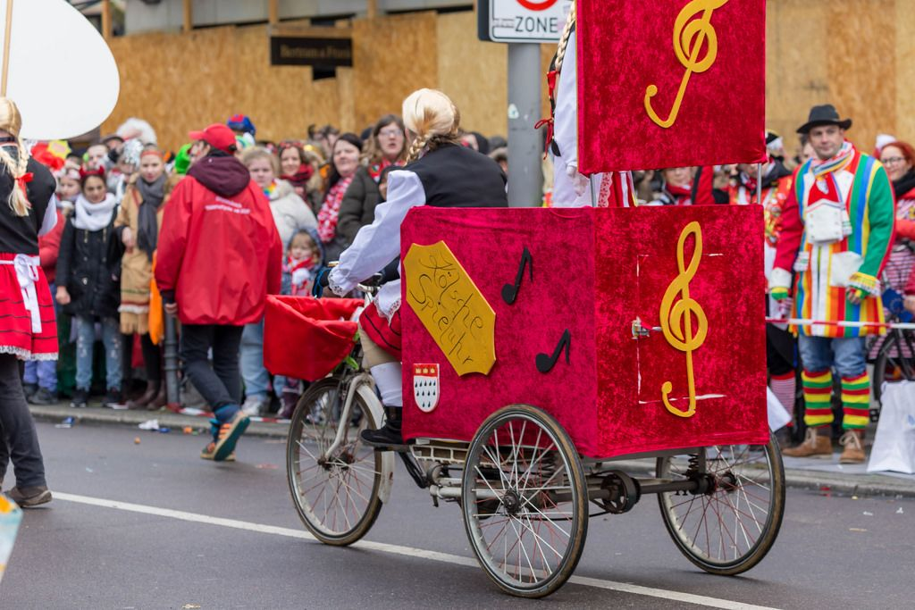 Dreirad die Kölsche Spieluhr beim Rosenmontagszug - Kölner Karneval 2018