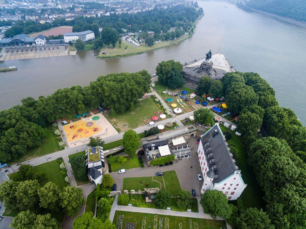 Drohnenfoto des Ludwig Museums, Bierbörse und Mahnmals der Deutschen Einheit